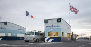 Depart du Mont-Saint-Michel de Ouistreham guerite embarquement voiture drapeaux juin 2020. Departure from Ouistreham check-in boarding car flags june 2020. Credit photo : Jess Breheret. / Droits jusqu'en juin 2024